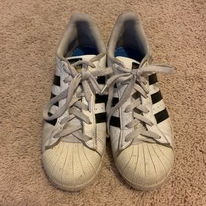 Adidas SUPERSTAR youth 7 which is Women's 9